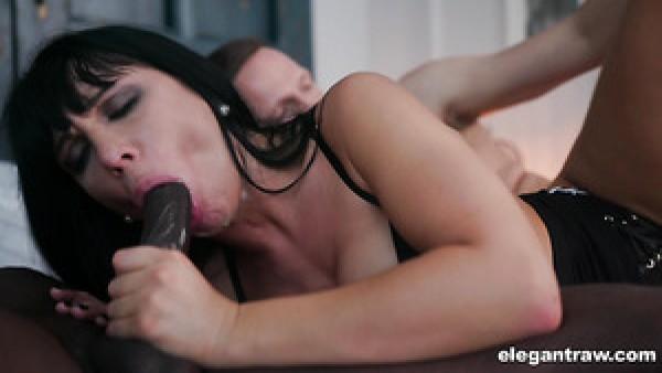 La versátil MILF tetona Valentina Ricci recibe una doble penetración salvaje para divertirse
