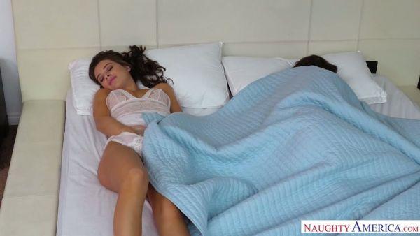 Lana Rhoades no puede despertar de su esposo, así que ella se folla a su mejor amigo