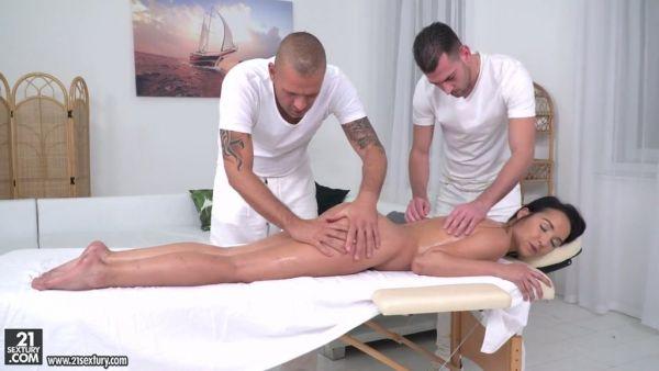 Latina Francys Belle disfruta de masaje a cuatro manos y DP