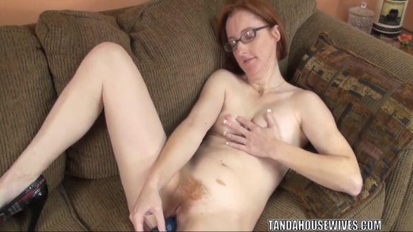 Layla Redd folla a su maduro coño con un juguete