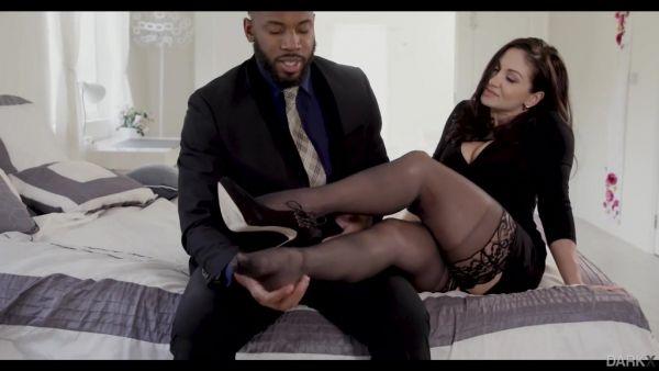 Lea Lexis está apasionadamente follada por negro caballero en todos los agujeros