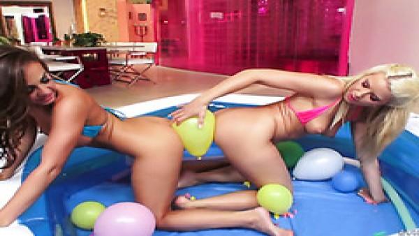 Lesbianas Abigail Mac y Anikka Albrite se ponen raras