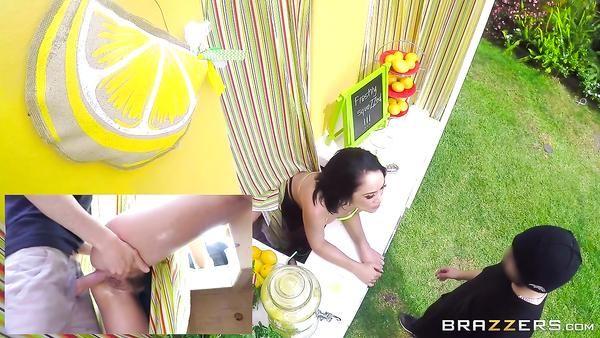 Limonada vendedora Kristina Rose es su culo golpeó durante la jornada de trabajo
