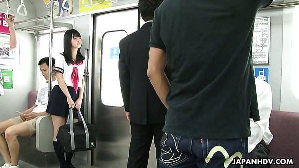 Linda chica japonesa esbelta es follada brutalmente en el metro