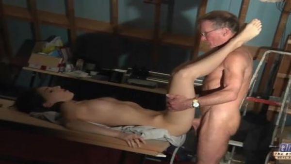 Los hombres mayores follando anal rubiecita chica hasta