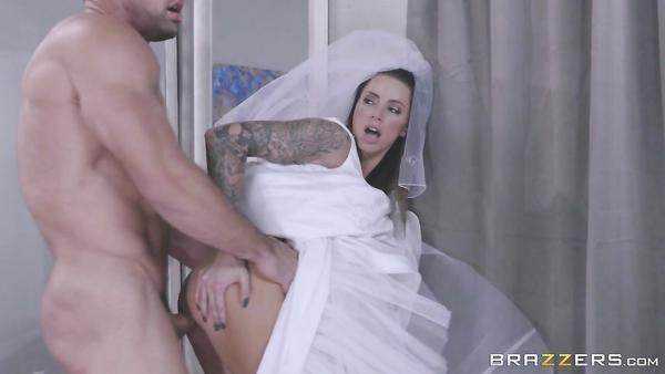 Los mejores Hombres que tiene sexo anal con su amigo de la novia cachonda Juelz Ventura en el vestuario