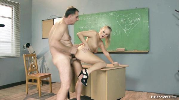 Lujurioso colegiala a su antiguo maestro en el aula