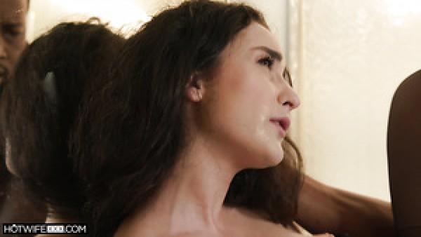 Lyra Lockhart, bella blanca de pelo rizado, se mete una gran polla negra con valentía en su coño mojado