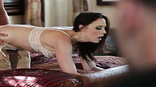 Madura adicta al sexo Chanel Preston se folla a su esposo y ex novio en un trío