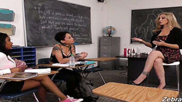 Madura Julia Ann enseña Honey Gold & Jenna Foxx lesbianas sexo en un colegio de la habitación