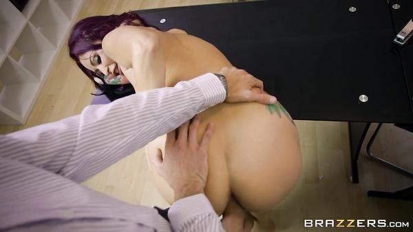 Madura tatuada secretario Monique Alexander con grandes tetas seduce a su jefe y le chupa la polla