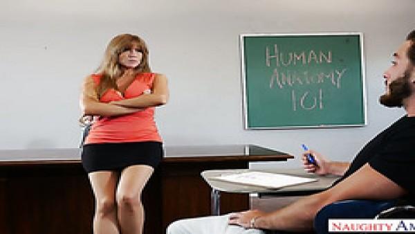 Maduro profesor Darla Crane se folla a su alumno durante la anatomía de la conferencia