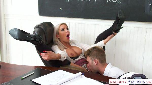 Maestra Nina Elle se masturba VR porno y termina follando estudiante