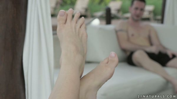 Magnífico Nesty lleva a su amante pura alegría con sus hermosos pies y apretado coño
