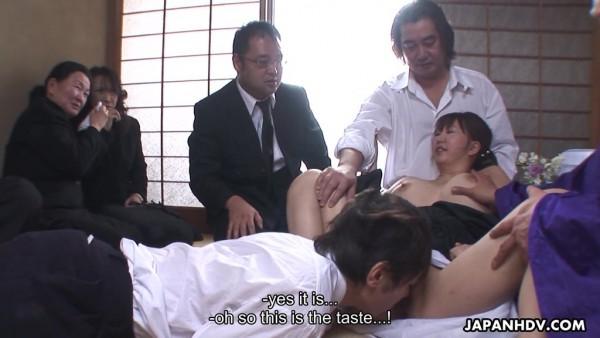 Mamá asiática tetona Waka Kano es follada brutalmente en grupo