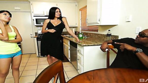 Mami Sheila Marie ayuda a su chica Nicole Ferrera a pagar la deuda con mandingo