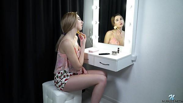 Maravillosa sexy juguetona sola con gran culo Erika Brika complace su coño mojado