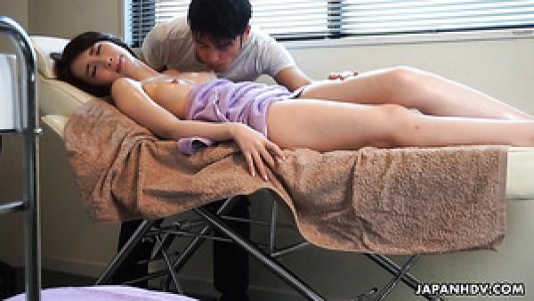 Masaje erótico aceitoso para la dama japonesa Aya Kisaki termina con cunnilingus