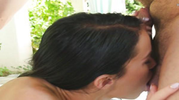 Megan Rain lubrica su delgado cuerpo y se folla apasionadamente a su novio en una terraza