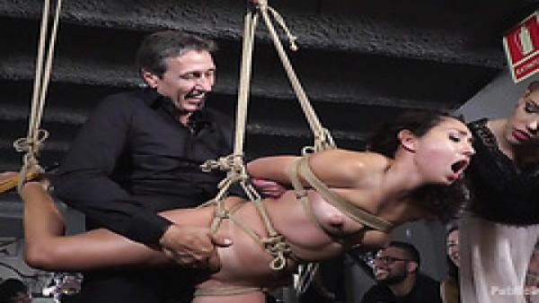 Melody Petite es follada en bondage suspendido por desconocidos en público