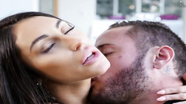 MILF Christina Cinn es llevada a chorros por su amante anal