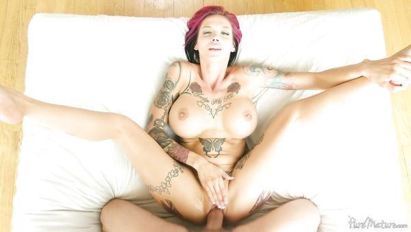 Milf con grandes tetas y tatuajes Anna Bell quiere sexo sucio