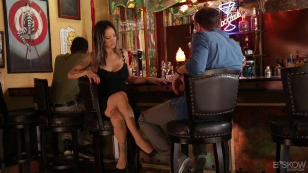 Nadia Styles ganchos con una muestra aleatoria de tipo en un bar y le da un en un coche
