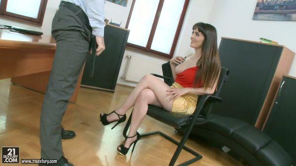 Natty Mellow folla a su marido, empleado en la oficina