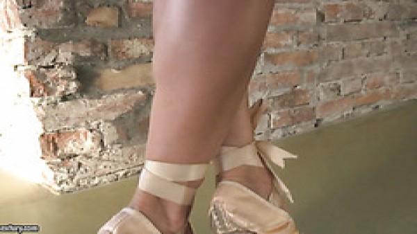 Nelly Kent obtiene su culo de bailarina en forma perforado hasta boquiabierto