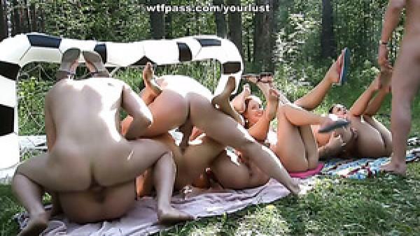 Ninfas hambrientas de sexo están teniendo una orgía increíble en el bosque