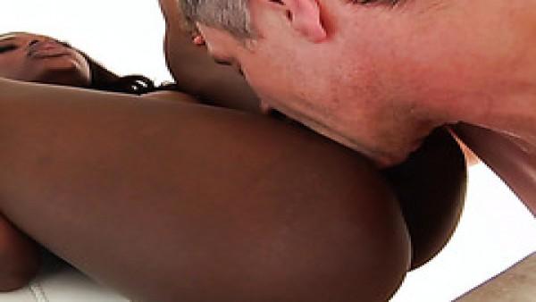 Noemie Bilas, atrevida jovencita de ébano, follada por el poder de su botín