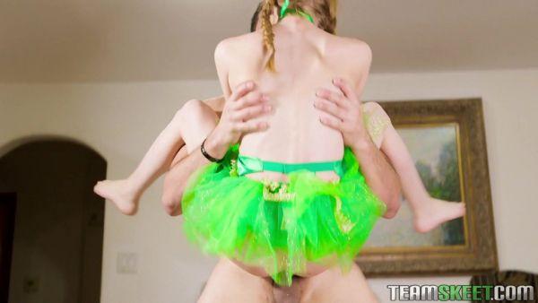 Pelirroja spinner Ava Parker se levanta y se la follan como a una muñeca