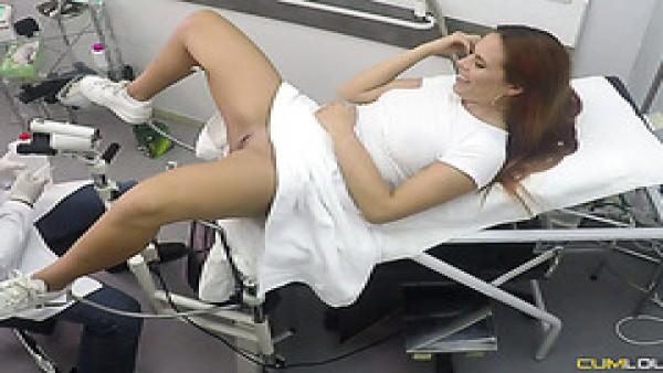 Pelirroja Susy Gala es seducido por caliente ginecólogo