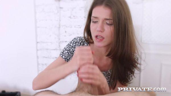 Poco de ruso, Nelya se lo lleva hasta su apretado culo joven