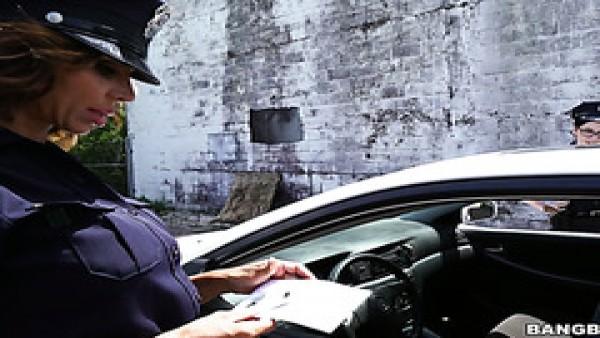 Policías sucias Lyla Lali y Norah Gold se ponen duras con el semental mandingo