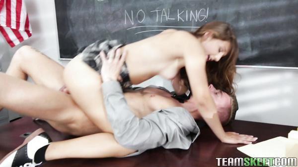 Profesor se folla a su alumno Ariana Grand en el escritorio