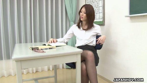 Profesora de japonés Riko Miyase es orgasming en el estudiante la polla