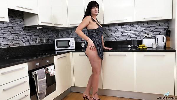 Puta ama de casa morena Jessie disfruta metiéndose los dedos en la cocina