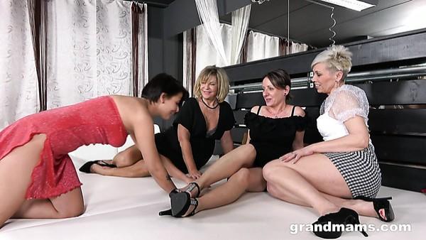 Putas maduras lascivas muestran a las chicas cachondas cómo usar un arnés para una buena perforación
