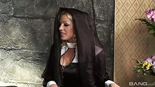 Ramera con culo regordete Mary Anne participa en una loca orgía de sexo grupal