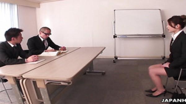 Rara Mizuki pasa una entrevista de trabajo para el puesto de puta de la oficina