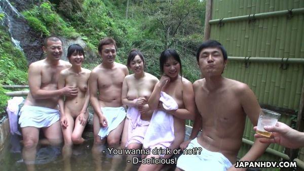 Repugnante orgía con tres Japonesas putas en el jacuzzi al aire libre