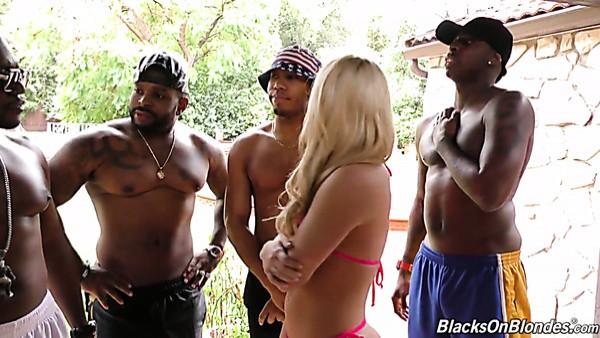 Rubia blanca fabulosa en bikini teniendo un gangbang interracial salvaje