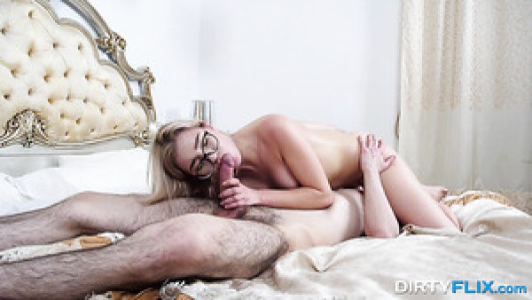 Rubia flexible con gafas Anna Krowe adora chupar pollas 69