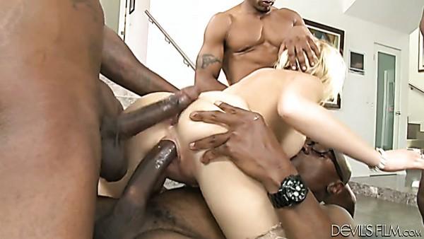 Rubia lasciva Kagney Lynn Karter en un gang bang interracial con DP