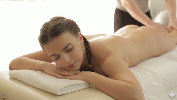 Ruso chica Silvia Jons obtiene follan apasionadamente durante la terapia de masaje