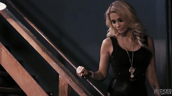 Salvaje agente especial tatuada Leigh Raven recibe una doble penetración realmente dura