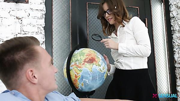 Seductora joven profesora de Geografía Sofy Torn consigue su culo clavado