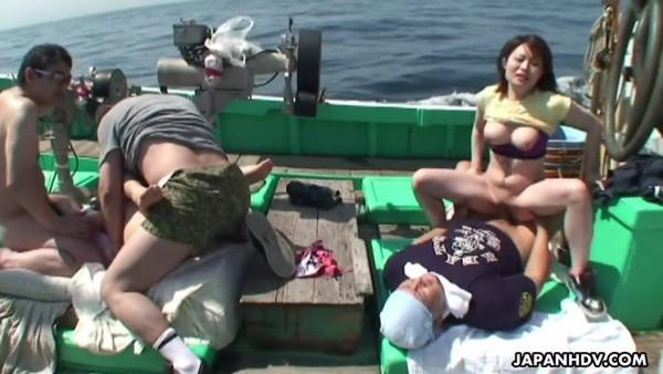 Sexo grupal en un barco de pesca con chicas japonesas tetonas