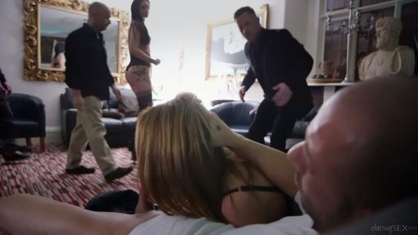 Sexo grupal humeante con las mamás putas con curvas Carly Gee y Sasha Kash